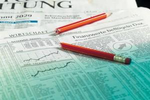 Wirtschaftsteil einer Tageszeitung mit Bleistift