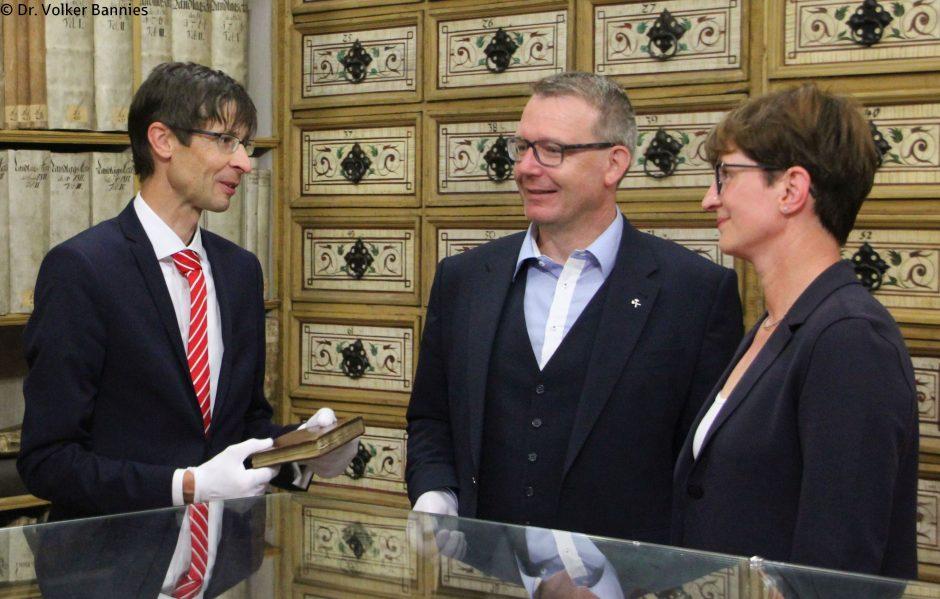 Freiberger Ratsarchiv erhält historisches Stammbuch eines Gymnasiasten