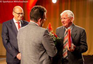 Dr. Wolfgang Richter (re.) erhält den Andreas-Möller-Geschichtspreis von Prof. Hans-Ferdinand Schramm, Vorstandsvorsitzender der Sparkasse Mittelsachsen (li.) und Holger Nerlich, Vorstandsmitglied der Sparkasse Mittelsachsen.
