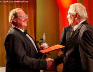 Jürgen Bellmann vom Altertumsverein Freiberg e. v. (re.) übergibt den Andreas-Möller-Geschichtspreis an Prof. Dr. Andreas Schulze
